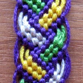 Плетение фенечки косички
